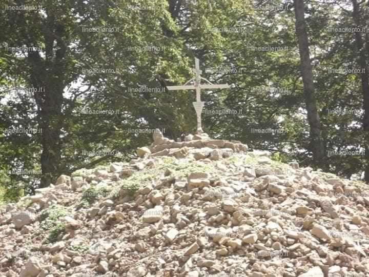 Novi Velia, il cumulo di pietre al Santuario