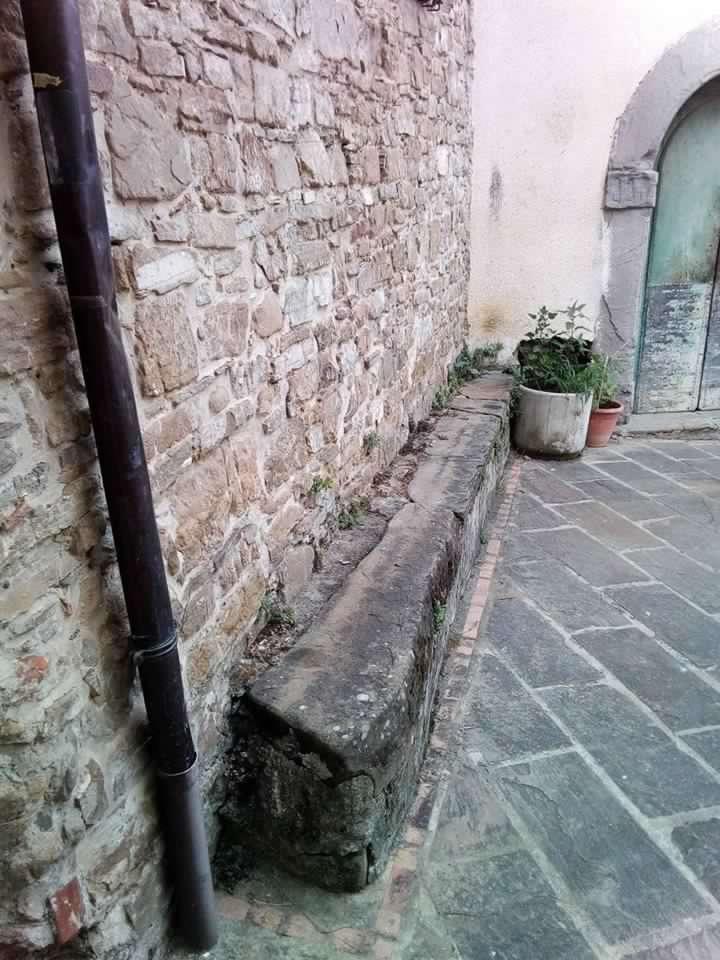 Ostigliano, sedile in pietra