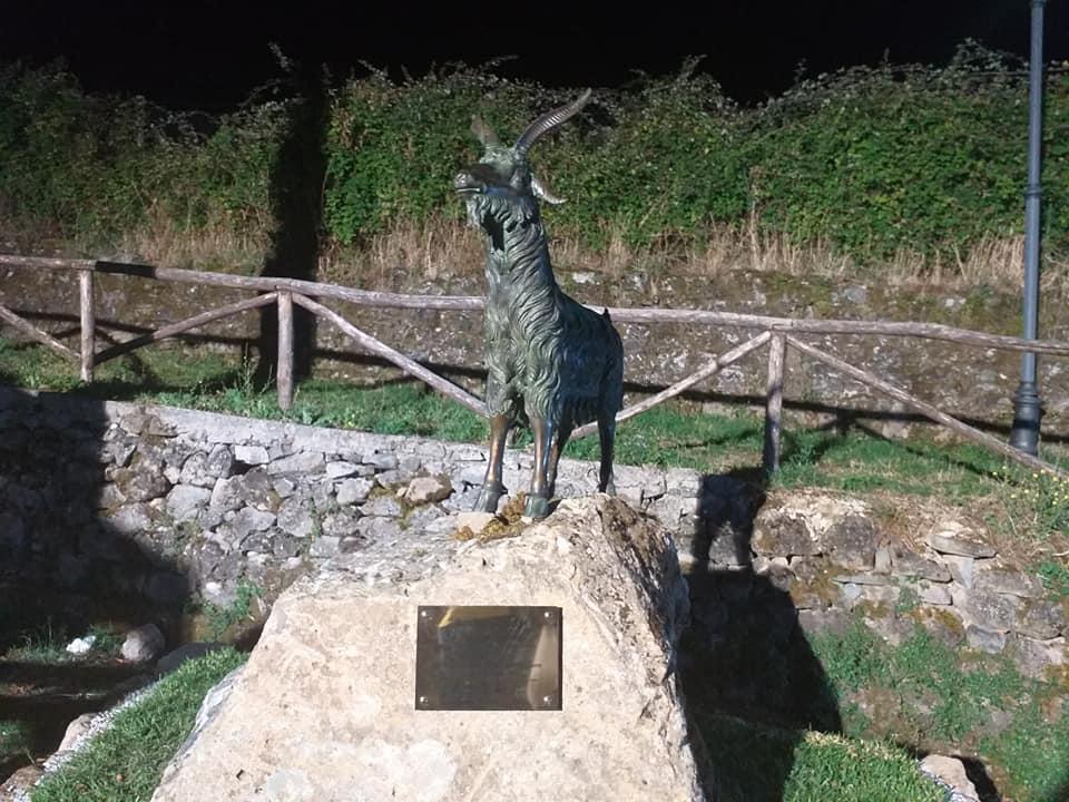 Cannalonga, monumento alla capra